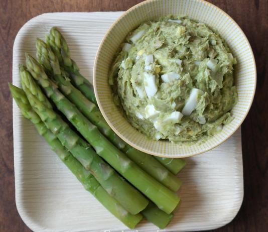 Avocado Dip mit Thunfisch und Ei
