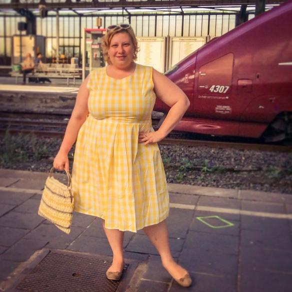 misskittenheel lindybop colette yellow gingham raffia vintage bag 04
