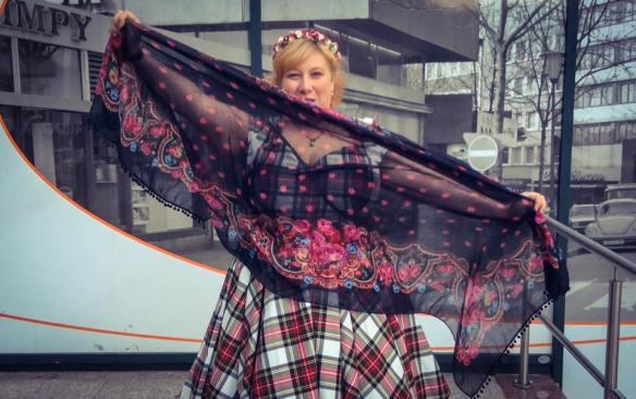misskittenheel-vintage-plussize-oktoberfest-dirndl-hellbunny-dress-stewart-tartan-tate-milinery-hat-04