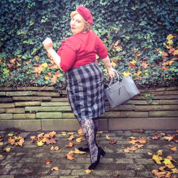 misskittenheel-vintage-plussize-pinup-frenchcurves-carreaux-check-dollyanddotty-lace-tights-typewriter-brooch-03