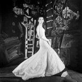 Jean Patou (1887-1936). Robe du soir en super-organza blanc de Bianchini-Férier avec des broderies d'argent et de cristal. Printemps-été 1954. Mannequin : Ann Nutting (Ann Gunning). Photographie d'Henry Clarke (1918-1996), publiée dans Vogue France 1954, page 104. Galliera, musée de la Mode de la Ville de Paris. Dimensions : 6 x 6