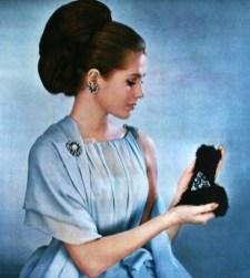 bijoux-de-boheme-de-jablonex-robe-de-jean-patou-coiffure-de-carita-model-gudrun-bjarnadottir-jours-de-france-december-1963