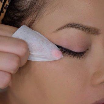 Lidstrich ziehen Technik mit Abschminktuch