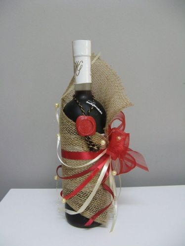 Burlap wine bottle gift wrapping idea