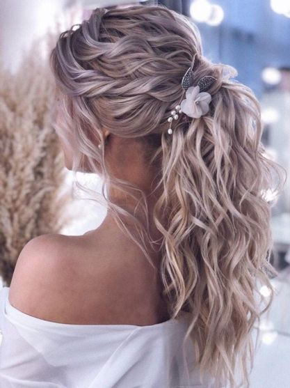 Cute loose ponytail hairstyle for Christmas