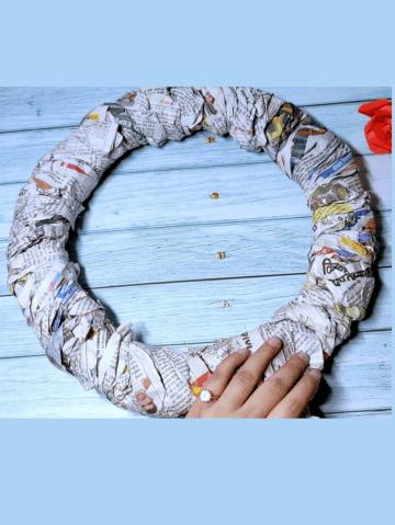 How to make a pom pom wreath from cardboard and yarn