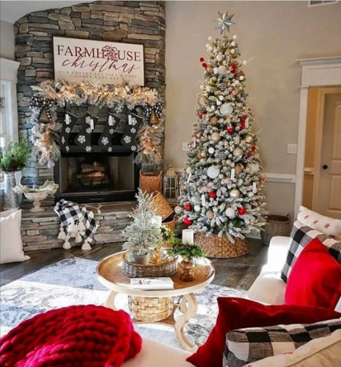 Rustic farmhouse Christmas decorating ideas to try this year. Christmas decorated cottages to rent. Christmas cottage decorating ideas.