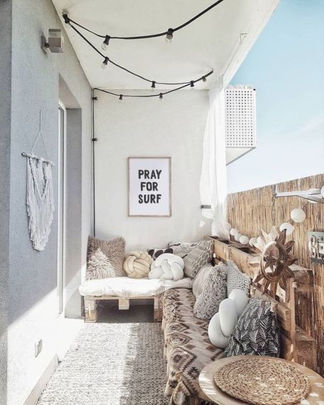 Transform an urban balcony into a relaxing boho space . Ideas to use wood pallets for interior decor