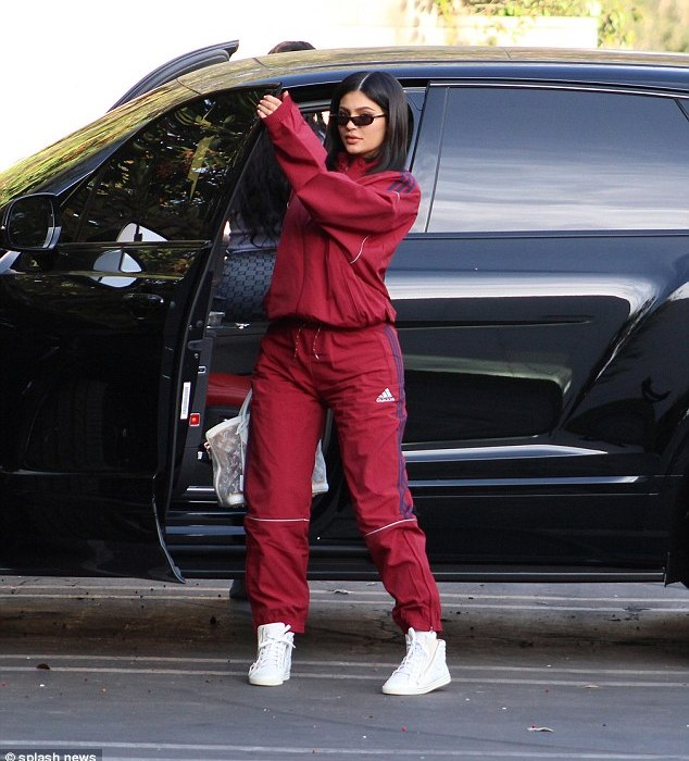 New mum,Kylie Jenner steps out again