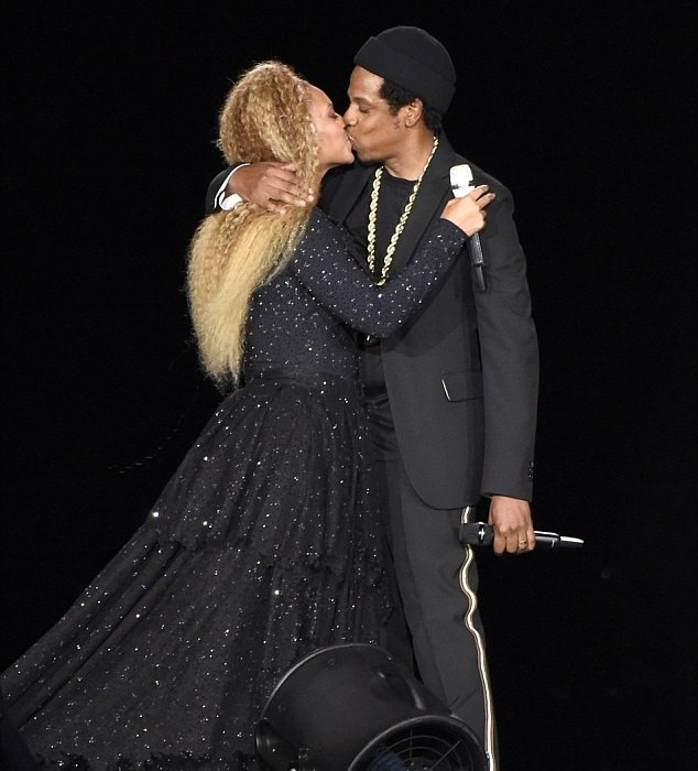 So sweet! Beyonce and jay Z kiss passionately on stage during their