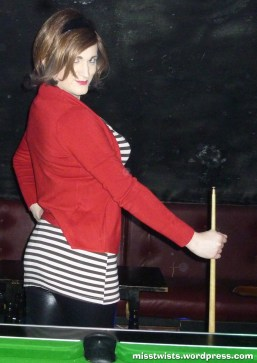 Posing like this, instead of concentrating on the table, is why I tend lose snooker...