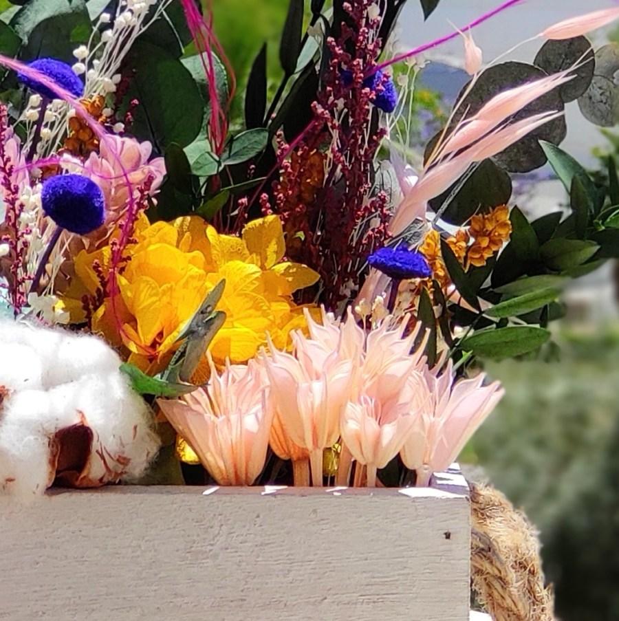 Corte centro de flores preservadas personalizado en caja de madera 3