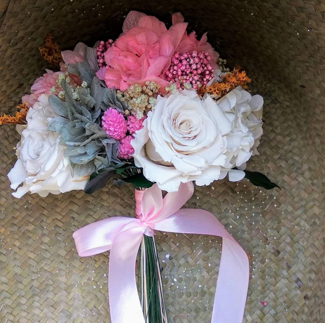 Ramo Juno de flores preservadas en cesto