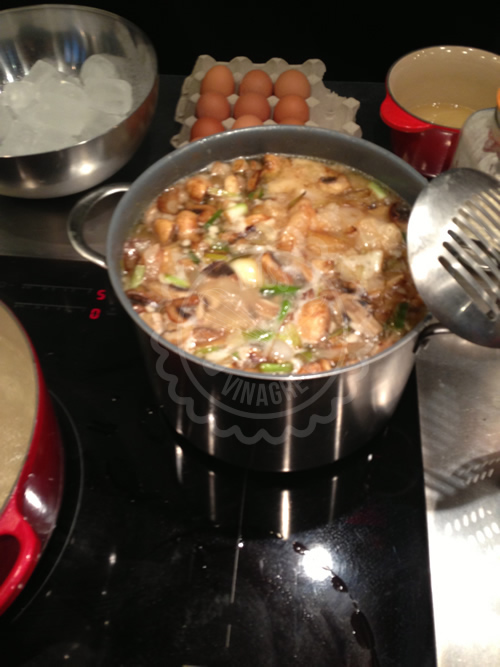 El caldo del tonkotsu con verduras añadidas los últimos 45 minutos de cocción (de 8 horas)