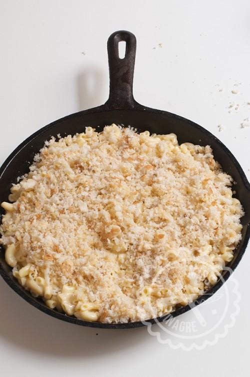 Migas de pan ralladas sobre Mac & Cheese