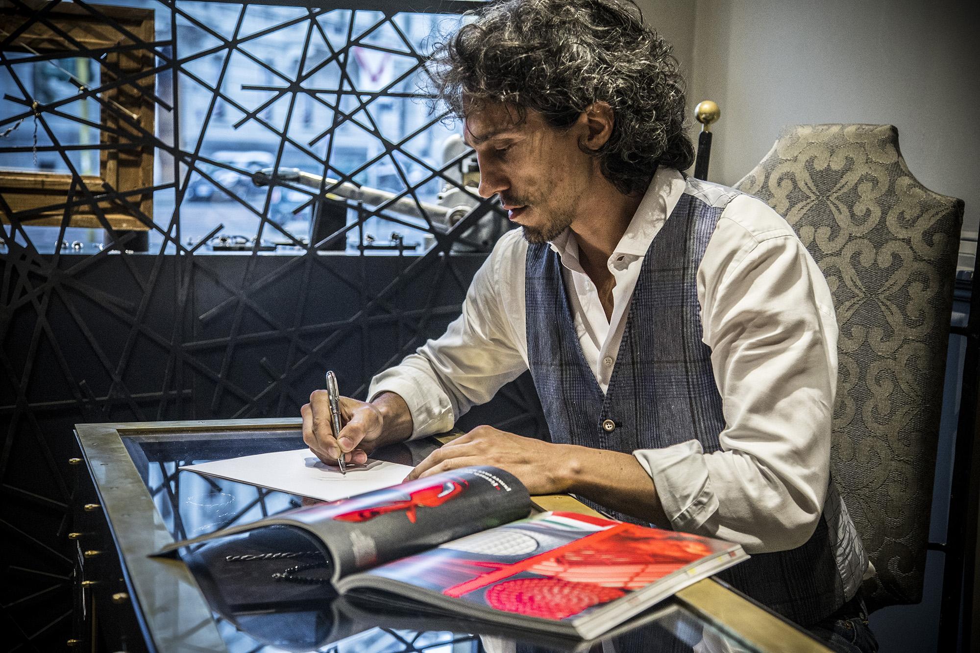 Fabio Lissi al lavoro nel suo atelier di via Lorenzo Mascheroni 12 a Milano