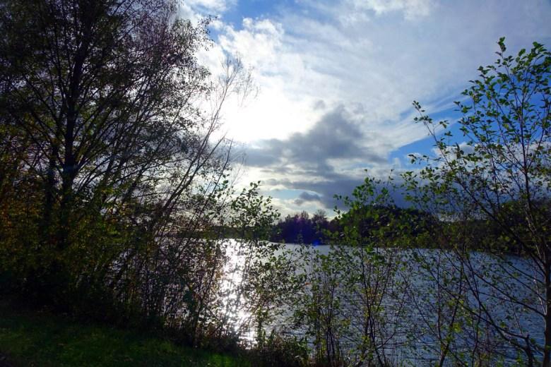 Blick auf die Rothsee-Vorsperre ins Naturschutzgebiet mit herbstlicher Stimmung