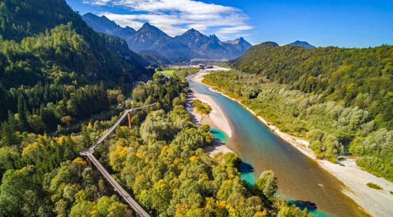 Blick auf den Lech am Baumwipfelpfad Ziegelwies in Bayern