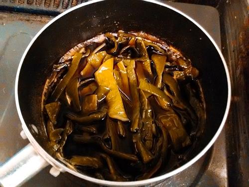 茎わかめを鍋で煮る