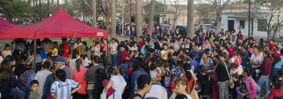 Multitudinaria concurrencia en la entrega de la tarjeta Sube en Sáenz Peña