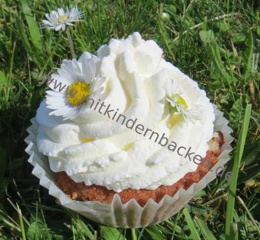 Muffins mit Sahnetopping und Gänseblümchen