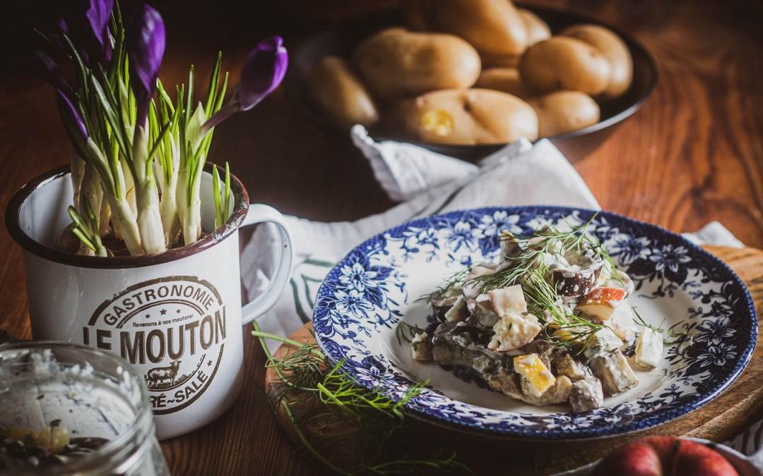 Śledź z bakłażana w formie sałatki w sosie chrzanowym