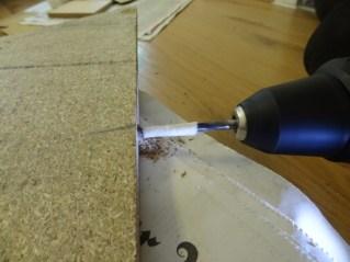 Löcher bohren für die Holzdübel. Um nicht zu tief zu bohren die halbe Länge der Holzdübel markieren.