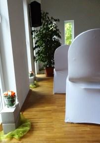 Blumendeko: rustikale Steine und zarte Blumenvasen