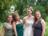 Braut mit ihren Cousinen