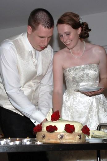 Anschneiden des Hochzeitskuchen