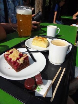 Verbrechen: Kuchen und Kaffee im Biergarten