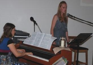 """Lea singt """"Saving all my love for you"""" und Emily spielt Klavier: Wunderschön!"""