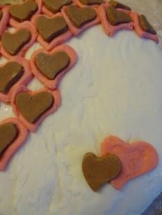 Die braunen Herzen sind mit Kaba gefärbt.
