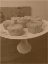 Etagere bzw. Kuchenplatte auf einem hohen Fuß.