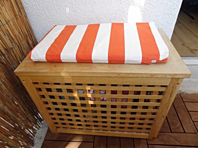diy balkonkissen und runde tischdecke aus wachstuch orange wei gestreift mit offenen sinnen. Black Bedroom Furniture Sets. Home Design Ideas