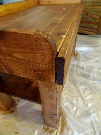 Die Maserung im Holz bleibt erhalten.