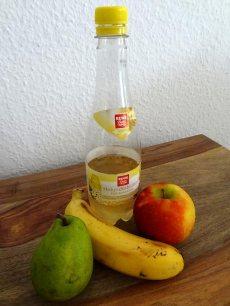 Zutaten für den Smoothie: Birne, Apfel, Banane und Holunderblütensirup.