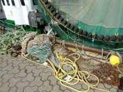 Seile und Netze am Hafen.