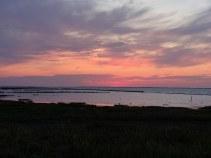 Sonnenuntergang: die Sonne ist weg und der Himmel leuchtet.
