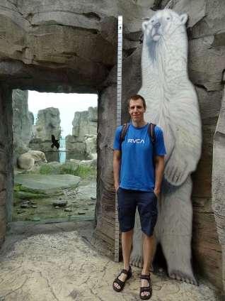 Da wirkt der 2m Jonas klein - der Eisbär pennt im Hintergrund ^^