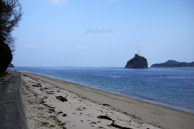海沿いを歩く。ぽっかり浮かんでるのは芋子島。