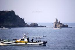 興居島『琴引鼻』 岬の突端に祠があるのが見えるだろうか