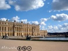 """La fachada del palacio, el cielo reflejándose en el """"Parterre de L'Eau"""", las nubes...Un feliz instante. La verdad que me resistía a irme, me hubiese gustado haber tenido más tiempo para perderme algunas horas más por los recovecos más recónditos de aquel jardín. ¡Ya habrá ocasión!"""
