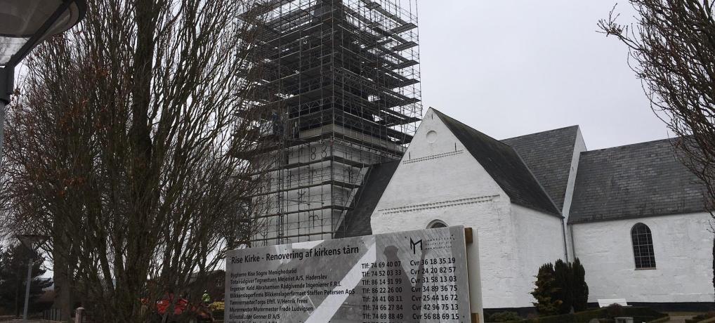 Rise Kirke får nye naturskifer på tårnet