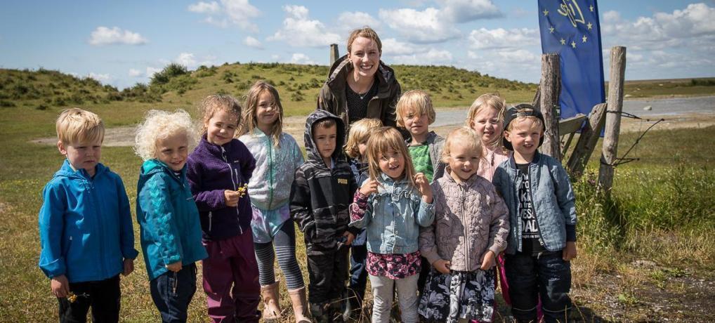 Miljøminister satte 100 små strandtudser ud på Kalvebod Fælled
