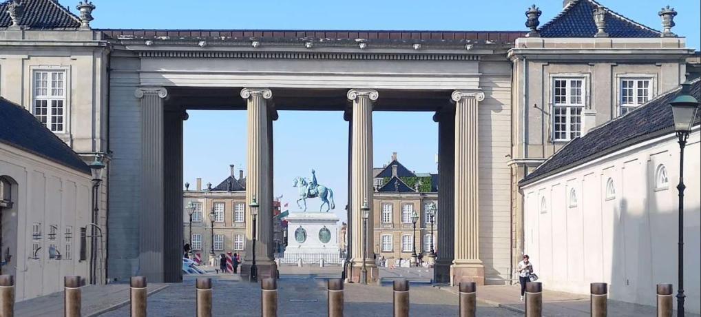 Bronzepullerter skal sikre Amalienborg Slotsplads