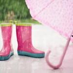 子供はレインコートとポンチョどっちがおすすめ?いつから使う?傘は必要なの?