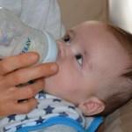 液体ミルクは常温であげる?人肌に温める必要性や冷たい時の温め方!
