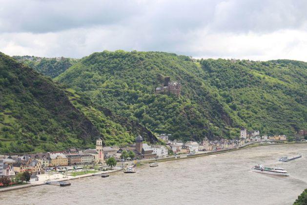 Zwischen St. Goar und St. Goarshausen tuckert noch die Fähre. Foto: Romantischer Rhein Tourismus / Frank Gallas.