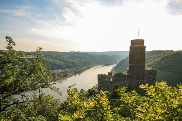 Blick über die Burg Maus stromabwärts. Foto: Romantischer Rhein Tourismus / Henry Tornow